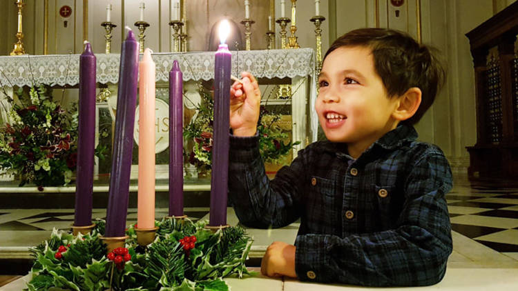 oy-lighting-an-advent-candle_